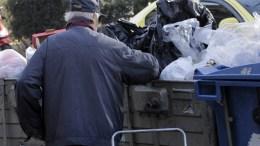ΦΩΤΟΓΡΑΦΙΑ ΑΡΧΕΙΟΥ. Ηλικιωμένος ψάχνει τα σκουπίδια σούπερ μάρκετ για φαγώσιμα. Φωτογραφία αρχείου. ΑΠΕ ΜΠΕ/ΟΡΕΣΤΗΣ ΠΑΝΑΓΙΩΤΟΥ