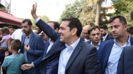 (Ξένη Δημοσίευση) Ο πρόεδρος του ΣΥΡΙΖΑ, Αλέξης Τσίπρας χαιρετάει τον κόσμο κατά την διάρκεια της περιοδείας του στην Άρτα,  Πέμπτη 10 Σεπτεμβρίου 2015. ΑΠΕ-ΜΠΕ / ΓΡΑΦΕΙΟ ΤΥΠΟΥ ΣΥΡΙΖΑ / Andrea Bonetti