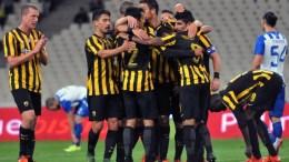 Ο παίκτης της ΑΕΚ Ρολάντ Βαργκάς πετυχαίνει το 3-0 και πανηγυρίζει με τους συμπαίκτες του, κατά τη διάρκεια του αγώνα ΑΕΚ-ΗΡΑΚΛΗΣ για το Πρωτάθλημα της Σούπερ Λιγκ στο ΟΑΚΑ, το Σάββατο 24 Οκτωβρίου 2015. Εντυπωσιακή η ΑΕΚ καθώς επικράτησε του Ηρακλή με 5-1. ΑΠΕ-ΜΠΕ, ΠΑΝΑΓΙΩΤΗΣ ΜΟΣΧΑΝΔΡΕΟΥ