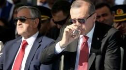 Φωτογραφία Αρχείου: Ο Ταγίπ Ερντογάν στα κατεχόμενα εδάφη της Κύπρου με τον κατοχικό ηγέτη Μουσταφά Ακιντζί στα εγκαίνια του τμήματος του έργου μεταφοράς νερού από την Τουρκία. Φωτογραφία ΚΥΠΕ