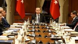 Φωτογραφία Αρχείου: Ο Ταγίπ Ερντογάν προεδρεύει της συνεδρίασης του Συμβουλίου Εθνικής Ασφάλειας της Τουρκίας,. Δεξιά ο Αχμέτ Νταβούρογλου. Φωτογραφία ΑΡΧΕΙΟΥ ΤΟΥΡΚΙΚΗΣ ΠΡΟΕΔΡΙΑΣ