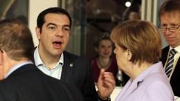 ΦΩΤΟΓΡΑΦΙΑ ΑΡΧΕΙΟΥ: Greek Prime Minister Alexis Tsipras (L) talks with German Chancellor Angela Merkel (R). EPA, ARMANDO BABANI