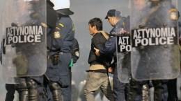 Επεισόδια σημειώθηκαν μεταξύ φιλάθλων και αστυνομικών πριν την έναρξη του ποδοσφαιρικού αγώνα Παναθηναϊκού- Ολυμπιακού, για την 11η αγωνιστική του πρωταθλήματος της Super League, στο Στάδιο Απόστολος Νικολαΐδης στην Αθήνα, Σάββατο 21 Νοεμβρίου 2015. Ο διαιτητής του αγώνα αποφάσισε ότι δεν θα διεξαχθεί ο αγώνας για λόγους ασφαλείας. ΑΠΕ-ΜΠΕ, ΠΑΝΑΓΙΩΤΗΣ ΜΟΣΧΑΝΔΡΕΟΥ
