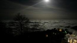 Το χωριό Τσαγκαράδα είναι καλυμμένο από χαμηλή νέφωση τη νύχτα ενώ το φωτίζει το φεγγάρι, το βράδυ της, στο Πήλιο. Η Τσαγκαράδα είναι από τα πιο φημισμένα χωριά του Πηλίου και αποτελεί ιδανικό τουριστικό προορισμό για όλες τις εποχές του χρόνου καθώς συνδυάζει βουνό και θάλασσα. Οι επισκέπτες μπορούν να απολαύσουν, εκτός από τη θέα στο Αιγαίο αλλά και το κατάφυτο βουνό στο οποίο είναι αμφιθεατρικό χτισμένη, την ιδιαίτερη αρχιτεκτονική της αλλά και την ξακουστή της κουζίνα. ΑΠΕ-ΜΠΕ, ΜΑΡΙΑ ΜΑΡΟΓΙΑΝΝΗ