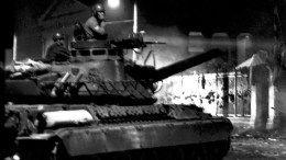 Φωτογραφία που εικονίζει τανκ στην πύλη του Πολυτεχνείου. Παρουσιάστηκε σε έκθεση φωτογραφίας του Αριστοτέλη Σαρρηκώστα.  ΑΠΕ- ΜΠΕ, Αρχείο ΕΡΤ, ΣΑΡΡΗΚΩΣΤΑΣ Α