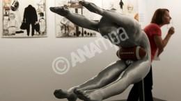 Επισκέπτης κυττά έργο του καλλιτέχνη Μανώλη Αναστασάκου που εκτίθεται στην έκθεση σύγχρονης τέχνης Art Athina που γίνεται στο γήπεδο Tae kwo do που βρίσκεται στο Παλαιό Φάληρο, Πέμπτη 13 μαίου 2010. Η έκθεση θα διαρκέσει ως τις 16 Μαίου. ΑΠΕ-ΜΠΕ/ΑΠΕ-ΜΠΕ/ΟΡΕΣΤΗΣ ΠΑΝΑΓΙΩΤΟΥ