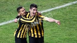 Ο παίκτες της ΑΕΚ Πέτρος Μάνταλος (Δ) και Ντιέγκο Μπουονανότε (Α) πανηγυρίζουν κατά τη διάρκεια του αγώνα Ηρακλής - ΑΕΚ για την 2η αγωνιστική της 4ης φάσης του Κυπέλλου Ελλάδας που πραγματοποιήθηκε στο γήπεδο  Καυτανζόγλειο στη Θεσσαλονίκη. Πέμπτη 4 Φεβρουαρίου 2016. Τελικό αποτέλεσμα Ηρακλής ΑΕΚ 0-1. ΑΠΕ ΜΠΕ, PIXEL, ΜΠΑΡΜΠΑΡΟΥΣΗΣ ΣΩΤΗΡΗΣ