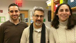 O καθηγητής  Κων. Δέλτας (μέσον)με τον συνεργάτη του δρα Γ. Παπαγρηγορίου κατά την πρόσφατη επίσκεψή τους στo εργαστήριο της κ. Γρέκα, στην Ιατρική Σχολή του Πανεπιστημίου Χάρβαρντ. Φωτογραφία ΑΠΕ-ΜΠΕ