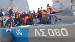 Φωτογραφια Αρχείoυ. Σκάφος του Λιμενικού Σώματος μεταφέρει  πρόσφυγες. Φωτογραφία Αρχείου.  ΑΠΕ- ΜΠΕ/ΣΤΡΑΤΗΣ ΜΠΑΛΑΣΚΑΣ