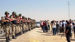 Turkish soldiers guard mens at the syrian borders. EPA/SERTAC KAYAR