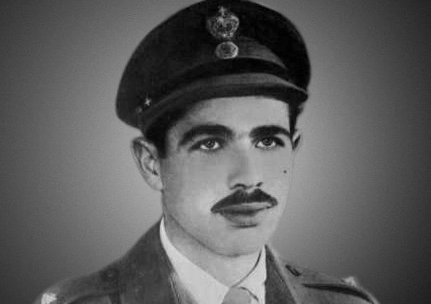 O Γρηγόρης Αυξεντίου με την στολή του εφέδρου ανθυπολοχαγού του Ελληνικού Στρατού.