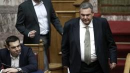 FILE PHOTO: Ο πρωθυπουργός Αλέξης Τσίπρας (Α) και ο υπουργός Εθνικής Άμυνας Πάνος Καμμένος (Δ), με το Νίκο Παππά. ΑΠΕ-ΜΠΕ, ΣΥΜΕΛΑ ΠΑΝΤΖΑΡΤΖΗ