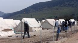 Πρόσφυγες και μετανάστες σε καταυλισμό. ΑΠΕ-ΜΠΕ/Τζώρα Μαρία