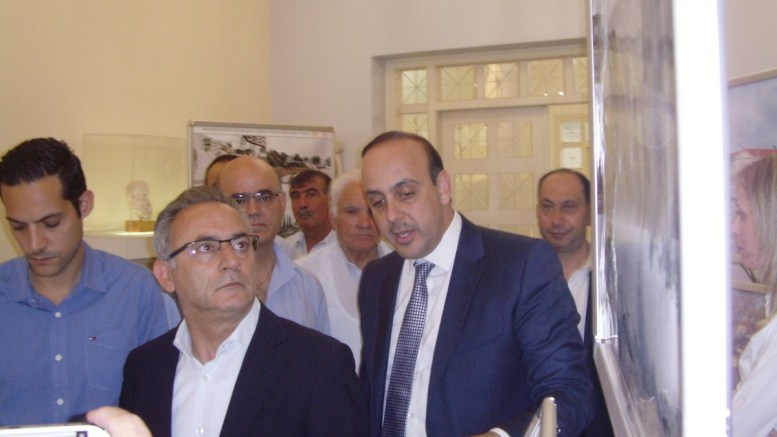 O Πρόεδρος του Δημοκρατικού Συναγερμού Αβέρωφ Νεοφύτου με τον δήμαρχο Πάφου. Φωτογραφία Κ. ΠΕΡΙΚΛΕΟΥΣ, ΚΥΠΕ