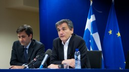 File PHOTO: Ο υπουργός Οικονομικών Ευκλείδης Τσακαλώτος, με τον αναπληρωτή υπουργό Γιώργο Χουλιαράκη. ΑΠΕ-ΜΠΕ, consilium.europa.eu, Christos DOGAS