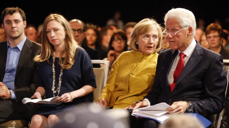 FILE PHOTO: Ο πρώην πρόεδρος Μπιλ Κλίντον και η υποψήφια των Δημοκρατικών στις εκλογές του 2016 Χίλαρι Κλίντον θα παραστούν στην τελετή ορκωμοσίας του Τραμπ. EPA, RAY STUBBLEBINE