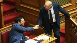 ΦΩΤΟΓΡΑΦΙΑ ΑΡΧΕΙΟΥ. Ο πρόεδρος της Ένωσης Κεντρώων Βασίλης Λεβέντης (Δ) ανταλλάσει χειραψία με τον πρωθυπουργό Αλέξη Τσίπρα (Α). ΑΠΕ-ΜΠΕ, ΑΛΕΞΑΝΔΡΟΣ ΒΛΑΧΟΣ