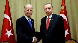 Ο αντιπρόεδρος Τζόζεφ Μπάιντεν με τον Τούρκο πρόεδρο Ταγίπ Ερντογάν. Φωτογραφία ΛΕΥΚΟΣ ΟΙΚΟΣ