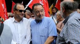 Ο Παναγιώτης Λαφαζάνης (Κ) μαζί με τον Δημήτρη Στρατούλη (Α) , τον Γρηγόρη Καλομοίρη (Δ) και μέλη της Λαϊκής Ενότητας σε εκδήλωση διαμαρτυρίας. File Photo: ΑΠΕ-ΜΠΕ, Παντελής Σαίτας