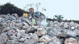 Ότι απέμεινε από τον Ιερό Ναό του Αγίου Αθανασίου που οι αλβανικές Αρχές γκρέμισαν  στο χωριό Δρυμάδες. Φωτογραφία Aρχείου.  Έθνος.