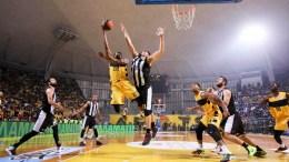 Ο παίκτης του Αρη Μακ Νιλ Τζέρελ (ΚΑ) σουτάρει ενώ τον μαρκάρει ο παίκτης του ΠΑΟΚ Μαργαρίτης Βαγγελης (Κ) κατά τη διάρκεια του αγώνα 'Αρης - ΠΑΟΚ  για την 3η αγωνιστική της Basket League στο Αλεξάνδρειο Μέλαθρον. Θεσσαλονίκη, Σάββατο 24 Οκτωβρίου 2015. Ανώτερος ο Άρης πήρε μία δίκαιη νίκη επί του ΠΑΟΚ, 84-72.  ΑΠΕ ΜΠΕ/PIXEL/ΜΠΑΡΜΠΑΡΟΥΣΗΣ ΣΩΤΗΡΗΣ