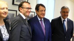 Ο Πρόεδρος της Δημοκρατίας κ. Νίκος Αναστασιάδης με τον κατοχικό ηγέτη κ. Μουσταφά Ακιντζί. Διακρίνονται επίσης ο κ. Άιντα, και η κ. Σπέχαρ. Φωτογραφία Αρχείου, ΣΤΑΥΡΟΣ ΙΩΑΝΝΙΔΗΣ