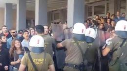 Επεισόδια και μία προσαγωγή σε διαμαρτυρία κατά πλειστηριασμών στη Θεσσαλονίκη. Φωτογραφία ΚΥΠΕ.