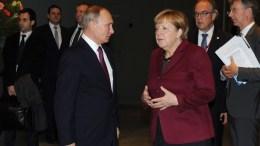 Russian President Vladimir Putin (C-L) and German Chancellor Angela Merkel (C-R). EPA/MICHAEL KLIMENTYEV / SPUTNIK / KREMLIN POOL MANDATORY CREDIT
