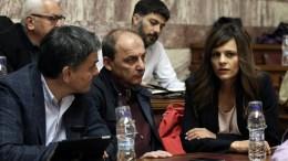 Ο υπουργός Οικονομικών Ευκλείδης Τσακαλώτος (Α) και η υπουργός Εργασίας Έφη Αχτσιόγλου (Δ) στη συνεδρίαση της Κοινοβουλευτικής Ομάδας του ΣΥΡΙΖΑ, στην αίθουσα Γερουσίας της Βουλής, Αθήνα, την Τετάρτη 23 Νοεμβρίου 2016. ΑΠΕ-ΜΠΕ, ΣΥΜΕΛΑ ΠΑΝΤΖΑΡΤΖΗ