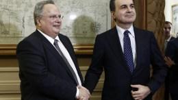 Ο Υπουργός Εξωτερικών Νίκος Κοτζιάς (Α) ανταλλάσει χειραψία με τον Υπουργό Ευρωπαϊκών Υποθέσεων της Τουρκίας Omer Celik (Δ) στο υπουργείο, Αθήνα Πέμπτη 3 Νοεμβρίου 2016. ΑΠΕ-ΜΠΕ/ΓΙΑΝΝΗΣ ΚΟΛΕΣΙΔΗΣ