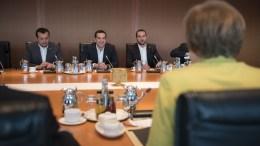 Ο πρωθυπουργός Αλέξης Τσίπρας με τον Νίκο Παππά και τον νέο υπουργό Επικρατείας και κυβερνητικό εκπρόσωπο Δημήτριο Τζανακόπουλο, κοιτούν την κ. Μέρκελ σε παλαιότερη συνάντηση. Φωτογραφία ΜΕΓΑΡΟ ΜΑΞΙΜΟΥ