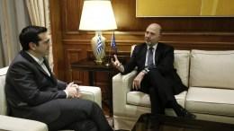 Ο πρωθυπουργός Αλέξης Τσίπρας (Α) υποδέχθηκε τον επίτροπο Οικονομικών Υποθέσεων της ΕΕ, Πιερ Μοσκοβισί (Δ), στο Μέγαρο Μαξίμου. ΑΠΕ-ΜΠΕ, ΓΙΑΝΝΗΣ ΚΟΛΕΣΙΔΗΣ