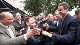 Ο πρόεδρος της Νέας Δημοκρατίας Κυριάκος Μητσοτάκης χαιρετάει πολίτες κατά τη διάρκεια των εγκαινίων των γραφείων της ΝΟΔΕ Άρτας, την Παρασκευή 25 Νοεμβρίου 2016. Ο Πρόεδρος της Νέας Δημοκρατίας πραγματοποιεί περιοδεία στην Περιφέρεια Ηπείρου. ΑΠΕ-ΜΠΕ/ΓΡΑΦΕΙΟ ΤΥΠΟΥ ΝΔ/ΔΗΜΗΤΡΗΣ ΠΑΠΑΜΗΤΣΟΣ