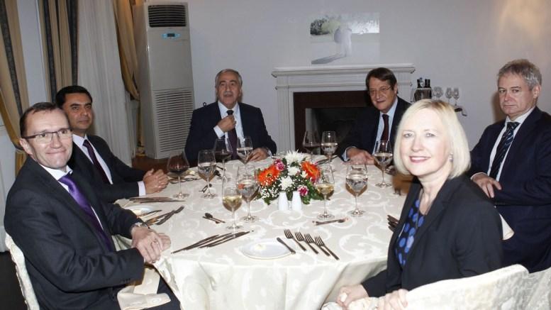 ΦΩΤΟΓΡΑΦΙΑ ΑΡΧΕΙΟΥ. Ο Πρόεδρος της Δημοκρατίας κ. Νίκος Αναστασιάδης και ο κατοχικός ηγέτης κ. Mustafa Akinci παρακάθησαν σε δείπνο το οποίο παρέθεσε ο Ειδικός Σύμβουλος του ΓΓ του ΟΗΕ για την Κύπρο κ. Espen Barth Eide, στην προστατευόμενη από τα Ηνωμένα Έθνη περιοχή στη Λευκωσία. Φωτογραφία ΧΡ. Αβρααμίδης