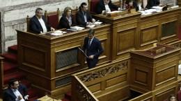 Ο πρόεδρος της ΝΔ Κυριάκος Μητσοτάκης (Δ) αποχωρεί από το βήμα, καθώς ο πρωθυπουργός Αλέξης Τσίπρας (Α) παρακολουθεί, κατά τη διάρκεια της Ολομέλειας του Κοινοβουλίου στη συζήτηση για τον προϋπολογισμό του κράτους για το οικονομικό έτος 2017, Αθήνα Σάββατο 10 Δεκεμβρίου 2016 ΑΠΕ-ΜΠΕ, ΓΙΑΝΝΗΣ ΚΟΛΕΣΙΔΗΣ