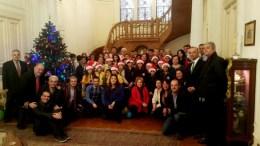 Μία μαγευτική χριστουγεννιάτικη ημέρα των μαθητών της Αχιλλοπουλείου και της Αμπετείου στην ελληνική πρεσβευτική κατοικία στο Κάιρο. Φωτογραφία http://pyramisnews.gr