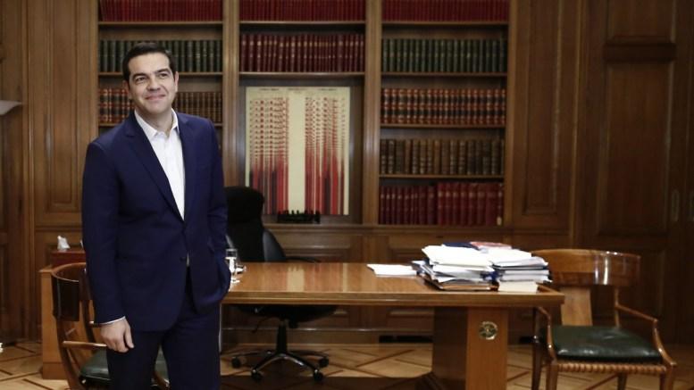 Ο πρωθυπουργός Αλέξης Τσίπρας, στο γραφείο του. ΑΠΕ-ΜΠΕ, ΓΙΑΝΝΗΣ ΚΟΛΕΣΙΔΗΣ