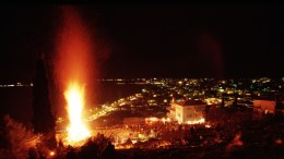 To έθιμο «Μπουμπούνες» αναβιώνει κάθε χρόνο την Αποκριά στην Καστοριά. Πρόκειται για μεγάλες φωτιές που ανάβουν σε διάφορα σημεία της πόλης, Σάββατο 1 Μαρτίου 2008