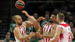 Paulius Jankunas (2-L) of Zalgiris Kaunas n action against Vassilis Spanoulis (L) and Khem Birch (2-R) of Olympiacos Piraeus during the Euroleague basketball game between Zalgiris Kaunas and Olympacos Piraeus in Kaunas, Lithuania, 15 December 2016.  EPA/Valda Kalnina