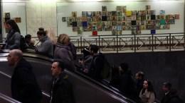 """Επιβάτες του μετρό προσπερνούν το έργο """" Σταθμός Ειρήνη """" του Γιάννη Ψυχοπαίδη που κοσμεί τον σταθμό του Συντάγματος, Αθήνα, Τετάρτη 21 Δεκεμβρίου 2016. ΑΠΕ-ΜΠΕ/ΑΠΕ-ΜΠΕ/ΟΡΕΣΤΗΣ ΠΑΝΑΓΙΩΤΟΥ"""
