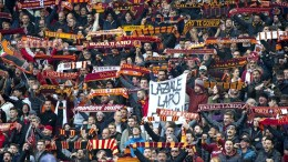 Roma's supporters cheer during the Italian Serie A soccer match SS Lazio vs AS Roma at Olimpico stadium in Rome, Italy, 04 December 2016.  EPA/CLAUDIO PERI