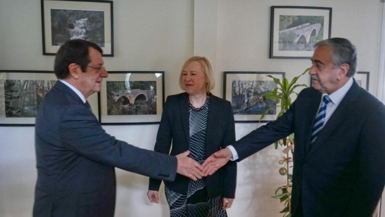 Ο Πρόεδρος της Κυπριακής Δημοκρατίας Νίκος Αναστασιάδης με τον κατοχικό ηγέτη Ακιντζί. Στο κέντρο η κ. Σπέχαρ. Φωτογραφία ΣΤ. ΙΩΑΝΝΙΔΗΣ