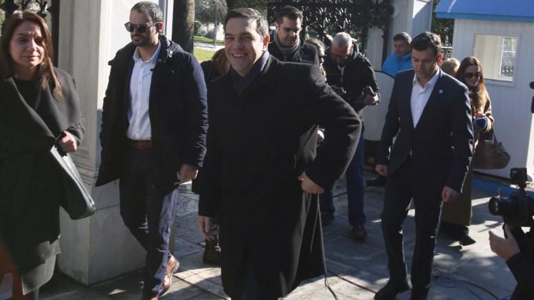 Ο πρωθυπουργός Αλέξης Τσίπρας (Κ) φεύγει από το Προεδρικό Μέγαρο μετά τη συνάντησή του με τον Πρόεδρο της Δημοκρατίας Προκόπη Παυλόπουλο, Τρίτη 10 Ιανουαρίου 2017. Οι εξελίξεις στο Κυπριακό ήταν το θέμα της συνάντησης που είχαν στο Προεδρικό Μέγαρο ο Πρόεδρος της Δημοκρατίας Προκόπης Παυλόπουλος και ο πρωθυπουργός Αλέξης Τσίπρας. ΑΠΕ-ΜΠΕ, Αλέξανδρος Μπελτές