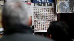 "File Photo: Περαστικοί διαβάζουν το πρωτοσέλιδο της εφημερίδας ""Τα Νέα"" με τις φωτογραφίες νυν και πρώην εργαζομένων στην εφημερίδα, κρεμασμένο σε περίπτερο της Αθήνας, Τετάρτη 8 Φεβρουαρίου 2017. ΑΠΕ-ΜΠΕ, ΑΛΕΞΑΝΔΡΟΣ ΒΛΑΧΟΣ"