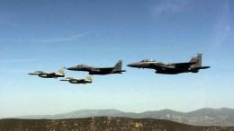 ΦΩΤΟΓΡΑΦΙΑ ΑΡΧΕΙΟΥ. Δύο F-16 ελληνικά και δύο F-15 αμερικανικά μαχητικά αεροπλάνα πραγματοποιούν πτήση σε σχηματισμό πάνω από την Αθήνα, στα πλαίσια της άσκησης «Ηνίοχος 2016». ΑΠΕ-ΜΠΕ, ΚΩΝΣΤΑΝΤΙΝΟΣ ΓΙΑΝΝΑΡΑΚΟΣ
