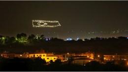 """Η παράνομη ΄""""σημαία"""" του κατοχικού καθεστώτος στον Πενταδάκτυλο. Αυτό το απαράδεκτο θέαμα βλέπουν κάθε βράδυ οι Ελληνοκύπριοι που διαμένουν στη Λευκωσία. Φωτογραφία Yannis Kolesidis for The New York Times, ANA-MPA"""