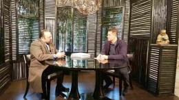 Ο Αρτέμιος Σώρρας με τον Αντώνη Σρόιτερ. Φωτογραφία via Aplha TV