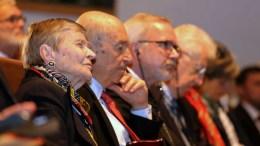 Ο πρώην πρωθυπουργός Κώστας Σημίτης (2Α) με την Ακαδημαϊκό Ελένη Γλυκατζή - Αρβελέρ (Α) παρακολουθούν την ομιλία του Προέδρου της Ελληνικής Δημοκρατίας Προκόπιου Παυλόπουλου που κηρύσσει την έναρξη του δεύτερου ετήσιου συνεδρίου του Οικονομικού Φόρουμ Δελφών, που πραγματοποιήθηκε στο Ευρωπαϊκό Πολιτιστικό Κέντρο Δελφών, την Πέμπτη 2 Μαρτίου 2017. ΑΠΕ ΜΠΕ, ΠΑΝΑΓΙΩΤΗΣ ΠΡΑΓΙΑΝΝΗΣ