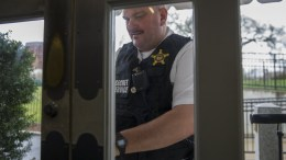 A Uniformed Division US Secret Service officer unlocks the door to the Brady Press Briefing Room at the White House in Washington, DC, USA, 28 March 2017. The Secret Service is is investigating a man with a suspicious package who approached an officer and made suspicious comments according to a US Secret Service spokes person. EPA, SHAWN THEW