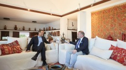 Ο πρόεδρος της Νέας Δημοκρατίας Κυριάκος Μητσοτάκης σε συνέντευξή του στον Γιώργο Σαχίνη για το «ΚΡΗΤΗ TV», στο σπίτι της οικογένειας Μητσοτάκη στο Βλητέ της Σούδας στο Ακρωτήρι Χανίων, την Τρίτη 28 Μαρτίου 2017. ΑΠΕ ΜΠΕ, ΓΡΑΦΕΙΟ ΤΥΠΟΥ ΝΔ, ΔΗΜΗΤΡΗΣ ΠΑΠΑΜΗΤΣΟΣ
